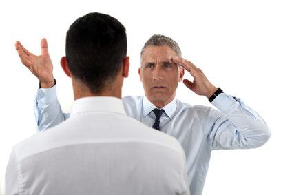 Due persone discutono in maniera assertiva