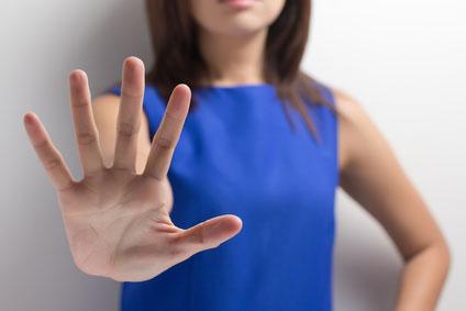 Donna che mette la mano avanti in segno di stop