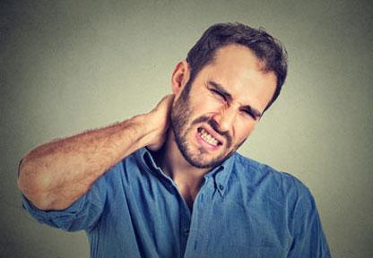 Un uomo si tiene il collo per il dolore