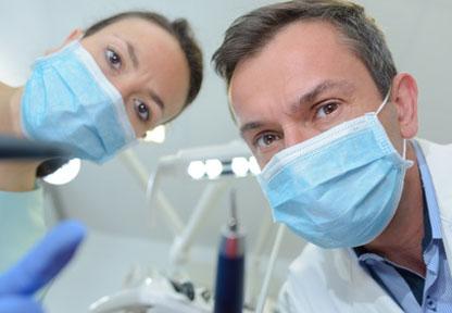 Dentista che opera su un paziente fobico