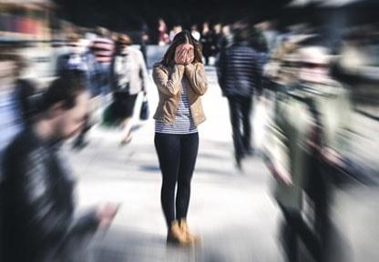 Donna che soffre per un attacco di panico
